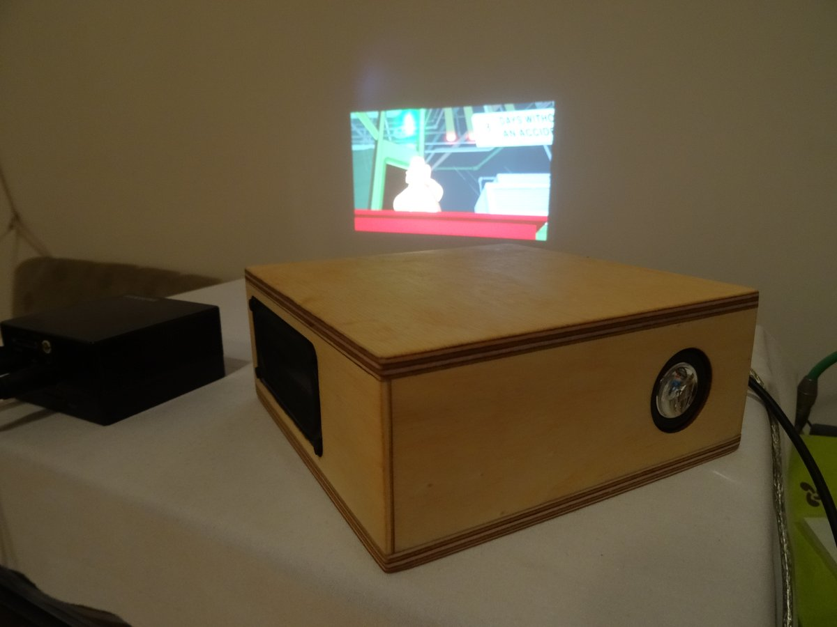 Mit Mini Beamer für das mobile Kino.